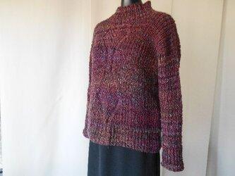 ワイン色の模様編みセーターの画像