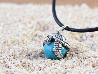 幸福のウミガメ玉ペンダント ターコイズ  革ヒモネックレス付きの画像