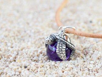幸福のウミガメ玉ペンダント アメジスト 革ヒモネックレス付きの画像