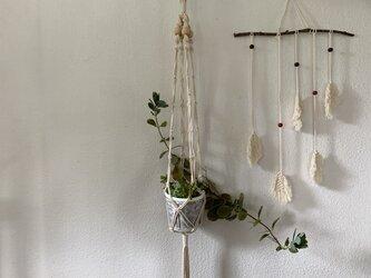 【再販売】マクラメ編みのプラントハンガー/コットン生成り糸とウッドビーズでの画像
