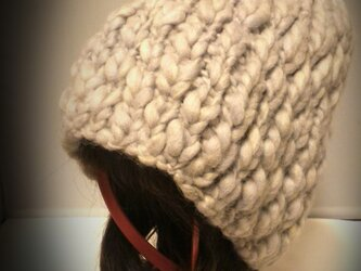 ヨリのランダムな毛糸で。ポイントはポンポン。グレージュなニット帽の画像