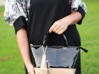 毎日持ち歩きたい!エナメル バイカラートート バッグS ブラック×ベージュの画像