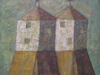 煙突のある2つの家の画像