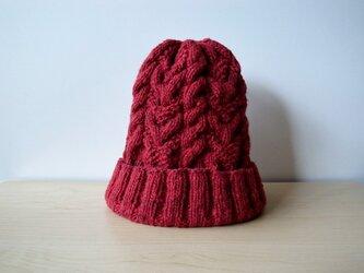赤すぐり色のアランニット帽の画像