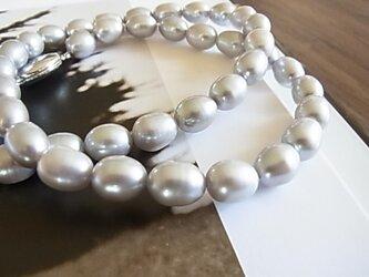 シルバーカラーパールショートネックレスの画像