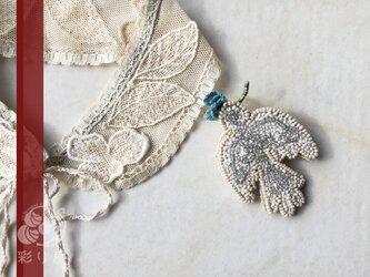 ブローチ【白い小鳥】(青い花)の画像