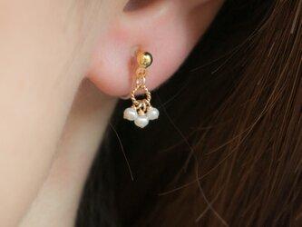 パールの小さなイヤリング(樹脂製ノンホールピアス)の画像