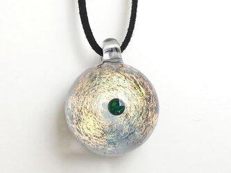 ゴールドガラスと宇宙の世界。ver2 グリーンオパール入り ガラス ペンダント 宇宙の画像