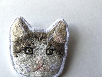 猫刺繍のブローチの画像