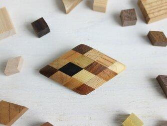 寄木のひし形ブローチの画像