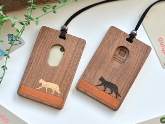 木製パスケース【歩く猫】白と黒 /ウォールナットの画像