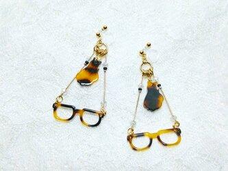 鼈甲猫と鼈甲眼鏡の仲良し樹脂イヤリングの画像