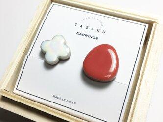 TGE-127 Red x Pearl  磁器タイルのイヤリングの画像