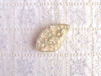 白の葉っぱブローチ 小花たちの画像