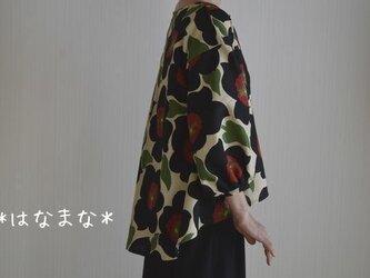受注製作 2サイズ対応 秋ブラウス 黒花柄 後ろタックヘムライン パフスリーブの画像