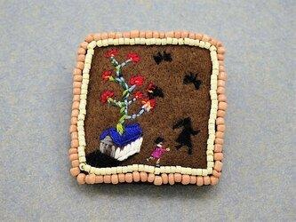 刺繍ブローチ「影と遊ぶ」の画像