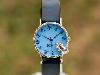 池をのぞく蛙腕時計MパステルブルーSiverの画像