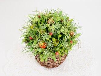 小さな花と赤いリンゴのバスケットの画像