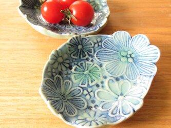 青いお花の小皿の画像