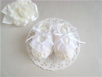 かわいいオーガンジーフラワーのベビーシューズのリングピロー(白)の画像