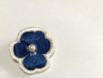シックな紺のビオラの日本刺繍のブローチの画像