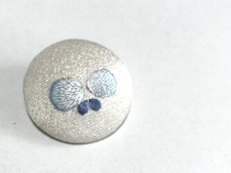 ちょこんと蝶々の日本刺繍のブローチの画像