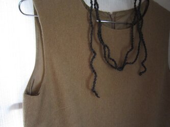 グレー 小さな実のかぎ針編みネックレスの画像