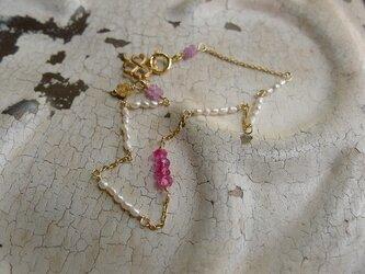 ピンクスピネルと極小淡水パールのブレスレットの画像
