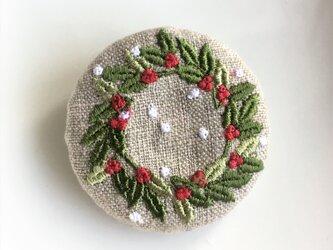 刺繍ブローチ ヒイラギのリース  丸 50ミリ の画像