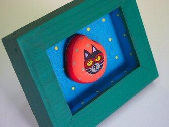 painted rock art 赤いメガネの黒猫さん(=^・^=)の画像