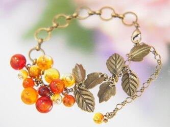 秋色のつぶつぶと葉っぱのブレスレットの画像