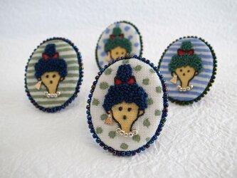 カーリーちゃん刺繍ブローチの画像
