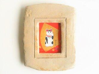 「起土人形・招き猫」 日本画【陶器の額縁入り】の画像