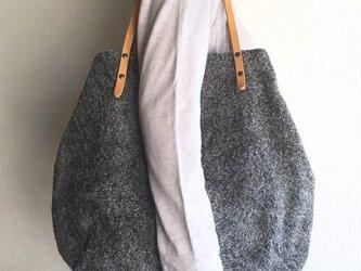 「本革」アンゴラベロアと極厚オイルヌメの丸型トートバッグ【チャコールグレー】の画像