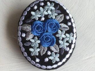 刺繡ブローチ ミニバラのブーケ 楕円型 青の画像