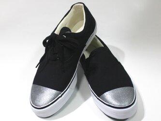 片足だけ紐のある銀先の靴の画像