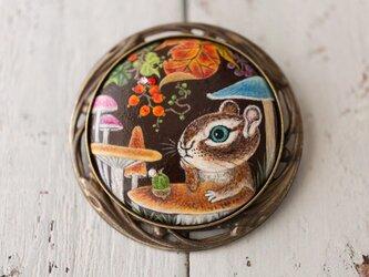 シマリス、キノコのテーブルであれこれ考えるの画像