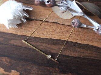 ハーキマーダイヤモンドの真鍮バーロングネックレスの画像
