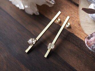 ハーキマーダイヤモンドの真鍮バーピアスの画像