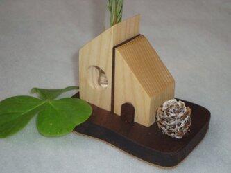 「雪と家」をテーマの一輪挿しです。の画像