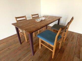 ボルドー色のダイニングテーブルの画像