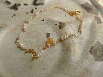 オレンジムーンストーンと極小淡水パールのブレスの画像