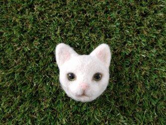 白猫ブローチの画像
