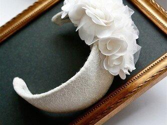 ホワイトギャザーフラワーボンネヘッドドレスの画像