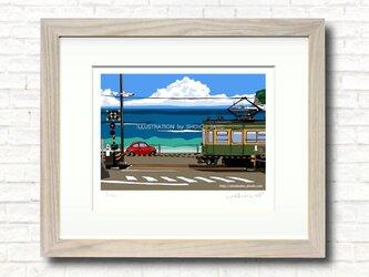 版画作品 湘南イラスト「いつかの海岸線2」 (江ノ電と鎌倉高校前踏切を走るフィアット500のイラスト)の画像