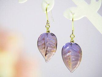 葉っぱのピアス 紫の画像