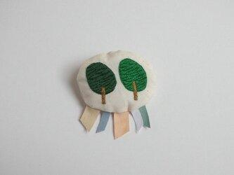 2本の木のブローチの画像
