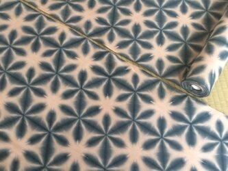 小さいサイズのための小柄の雪花絞り木綿反物12m スレン黒  茜地色の画像