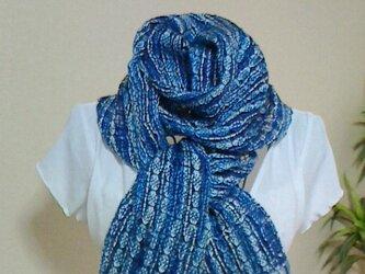 おしゃれな手織りの柔らかストール 紺、ブルー系ミックスの画像