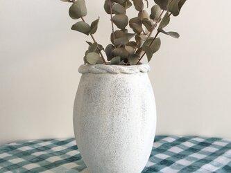 nacchico#024/たまご型のフォルムにいびつに編んだ飾りをつけました*マットな質感の白い一輪挿し・花びん・花器の画像
